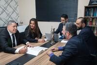 Соблюдать процессуальные гарантии и защитить адвокатов