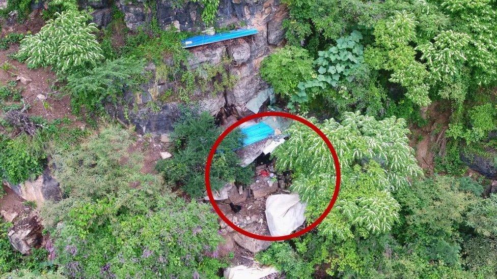 Беглого преступника нашли через 17 лет в пещере с помощью дронов